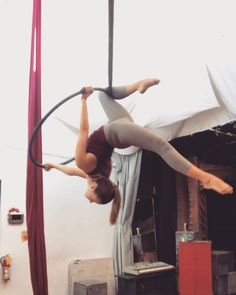 The transition from the belly to the top - Yoga Photos Aerial Hoop, Lyra Aerial, Aerial Dance, Aerial Arts, Aerial Silks, Partner Acrobatics, Aerial Acrobatics, Rock Climbing Workout, Lira