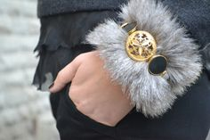 DIY – Faux fur and vintage buttons bracelet « Born in 82 – Fashion and Creativity Blog