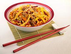 Biker Box - Fusillo lungo di Gragnano, Napoli saltato al wok in salsa piccante, con salsiccia di suino, cipolla rossa e granella di arachidi.