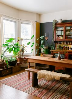 I have been a passionate follower and reader of Justina Blakeney's blog over the past few years. I love her unconventional style, her eclectic collections, her love for plants and colors. She is a sort of a beacon who reminds me that styling a home is a personal matter.
