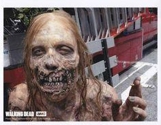 Un zombie qui fume une clope [Photo du jour] - The Walking Dead