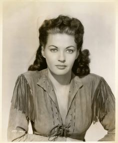 Pictures of Yvonne De Carlo - Pictures Of Celebrities Old Hollywood Stars, Hollywood Glamour, Classic Hollywood, Hollywood Style, Vintage Hollywood, Hollywood Actresses, Yvonne De Carlo, Classic Tv, Classic Beauty