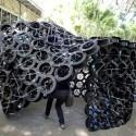 """""""Cablerna"""" es una cinta de 12 metros de largo conformada por carretes de plástico de cable para soldar. Fue construida en la facultad de Arquitectura de la Univerzidad del Zulia (Maracaibo, Venezuela) en 1 hora y 15 min por participantes del Taller de Arquitectura Instantánea (TAI), a cargo de María Verónica Machado + José Luis Angarita. Se comenzó con la idea de generar un bucle pero luego se permitió que el material cogiera su forma."""