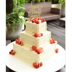 卒花嫁の「s14k08」さまのウェディングケーキは、スクエアの3段タイプ。四隅に飾られたイチゴがさりげなくお洒落ですね♡