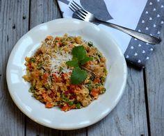 Sprav si aj ty karfiolové rizoto s mrkvou, hráškom a morčacím mäsom. Je to rýchly výživný obed či večera plná ielkovín. 30 minút a HOTOVO. Broccoli, Risotto, Cauliflower, Ethnic Recipes, Tips, Food, Party Time, Diet, Recipes