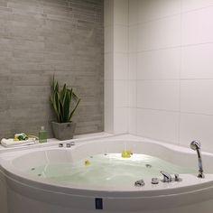 Grått och vitt Home, Bathtub, Dream Bathrooms, Renovations, Corner Bathtub, Jacuzzi, House, Interior Decorating, Bathroom