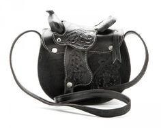 53-MP0239BLK | Este bolso de piel con forma de silla de montar vaquera de cuero negro para mujer es un fantástico complemento para las amantes del western.