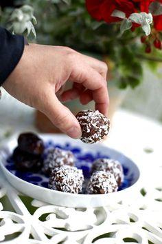 Veganska nötfria mjölkfria chokladbollar med dadlar Vegan Desserts, Vegan Recipes, Vegan Food, Fika, Blackberry, Yummy Food, Candy, Snacks, Fruit