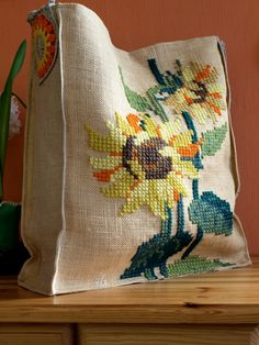 Embroidered tote bag with sunflowers and crochet linen shoulder strap Cross Stitch Samplers, Cross Stitch Patterns, Crochet Patterns, Cross Stitch Finishing, Tapestry Bag, Lesage, Flower Embroidery Designs, Handmade Bags, Beautiful Bags
