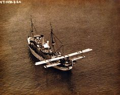 USS Sandpiper (AM 51) with F5L on the stern. Photograph released March 27, 1924. Official U.S. Navy photograph, now in the collections of the National Archives.
