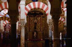 La mezquita de Córdoba es uno de los más hermosos monumentos de España pero al tiempo es un pastiche en el que un dios, el cristiano, parece haber devorado a medias a otro dios, el musulmán. La mezquita catedral es un monumento que parece una monumental digestión religiosa a medias, con todas sus polémicas. Aún así es fascinante.