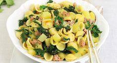 Le orecchiette con cime di rapa patate e salsicce sono un primo piatto a cui pochi sanno resistere. Scopriamo la ricetta originale delle orecchiette con cime di rapa