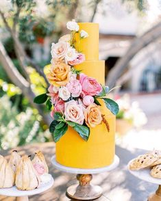 summer wedding To inspire your future warm-weather treat, weve rounded up a selection of summertime wedding cakes, perfect for any type of seasonal weddingfrom a black-tie reception in a ballroom to an al fresco garden party, and everything in between. Summer Wedding Cakes, Black Wedding Cakes, Summer Weddings, Yellow Weddings, Party Summer, Cake Wedding, Grey Weddings, Wedding Cake Display, Wedding Yellow