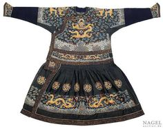 A fine silk gauze robe chaofu (Festive robe) with dragon roundels and dragon embroidery, China, Qing dynasty. Photo Nagel Auktionen