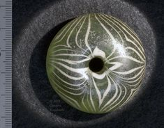 glass spindle whorl from Rhenen grave 380, Merovingian, Leiden Rh 380 G