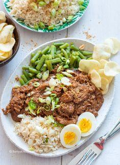 Betty's Kitchen - Recepten & Food fotografie Ben jij ook fan van een lekker stukje kip met pindakaas? Maak dan eens dit recept voor pinda kip uit de slowcooker. Met een kleine voorbereiding laat je de kippendijen uren smoren in de slowcooker. Deze pindakip serveer je natuurlijk met sperzieboontjes, rijst en een gekookt eitje. Het bericht Pinda kip uit de slowcooker verscheen eerst op Betty's Kitchen en is geschreven door Betty's Kitchen Cabbage Soup Diet, Cabbage Soup Recipes, Easy Soup Recipes, Healthy Dinner Recipes, Healthy Slow Cooker, Slow Cooker Recipes, Slow Food, Food Inspiration, Easy Meals