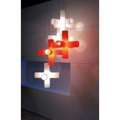 De Crosslight hanglamp werd ontworpen door Ben Oostrum en Jan Melis, en is inmiddels beloond met vele prijzen. En terecht, want de lamp is bijzonder fraai vorm gegeven en geeft een uniek licht. Door de originele vorm komt er direct licht vanuit de zijkanten, terwijl de gehele lamp een diffuus licht verspreid. Verkrijgbaar in het wit, oranje en rood.