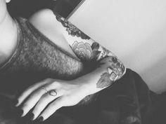 Wunderschöne große Blume als Vorlage und Tattoomotiv für den Oberarm der Frau