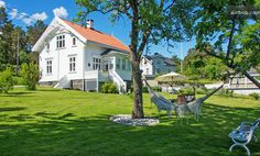 Deilig, usjenert hage med hengekøye for late dager. Norway House, Norwegian House, Most Popular Image, Villa, Modern Farmhouse Plans, House Goals, Garden Planning, High Quality Images, Most Beautiful Pictures