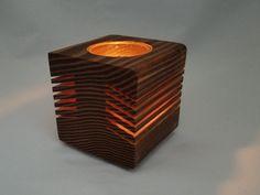 NUSSBAUM DUNKEL AUF LAGER UND SOFORT LIEFERBAR. Andere Farben sind auf Bestellung hergestellt 1-2 Wochen Bearbeitungszeit benötigen. Jede Kerze-Halter ist aus grob behauenen Hölzer, rustikal und einzigartig. Die Kerzen sind in diesem Holz Kerzenhalter tief versenkt, so dass die