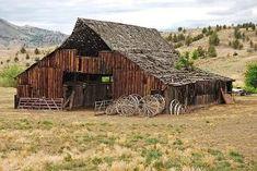 Old barn by Hercio Dias