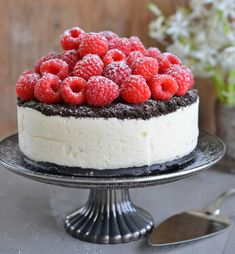I dag deler jeg for første gang på bloggen oppskriften på kaken som er på forsiden av kakeboken min. Det er en super god kake som ser imponerende ut, men som er veldig enkel å lage. Du trenger ikke stekeovn en gang. Som alle kakene i boken er den blitt testbakt og her ser … Cake Recipes, Snack Recipes, Snacks, No Bake Desserts, Delicious Desserts, Norwegian Food, Scandinavian Food, Tasty Kitchen, Sugar Cravings