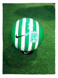 Balón Nike Verde/Blanco Atlético Nacional 2016 Soccer Ball, Football Helmets, Lds, Sports, Internet, Game, Beautiful, Soccer, Athlete
