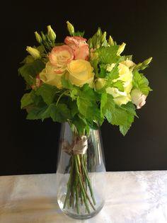 Bouquet roses blanches, fleurs de saison pastelles et feuillage cassis