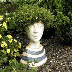 Hlava+-+květináč+Zahradní+plastika+-objekt+-+květináč.+Léto+je+tady+a+s+ním+ožívají+terasy,+zahrady+a+jejich+zákoutí.+Slečince+v+námořnickém+triku+to+bude+jistě+slušet.+Hlava+slouží+jako+květináč.+Je+modelovaná+z+šamotu,+dekorovaná+barevnýni+engobami+a+glazurou.+Velmi+stabilní,+jen+tak+se+nepřevrhne.+Ve+dně+má+dírku+pro+odtok+přebytečné+vody.+Tu+pravou...