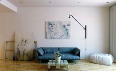 Minimalismo é tendência para design, decoração, arquitetura e até lifestyle.  O termo tem sido tão utilizado que quando pensamos em um espaço minimalista, já imaginamos um ambiente contemporâneo, com paredes brancas e poucos móveis – mas não pára por aí. As pessoas que vivem o estilo minimalista dão adeus ao excesso de mobília, roupas e até notificações no celular.  Para entender melhor como o minimalismo passou de estilo de arquitetura a um modo de viver.