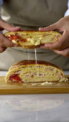 Receita com instruções em vídeo: Esse pão é a coisa mais deliciosa de se fazer em casa! Ingredientes: 20g de fermento fresco , 200 ml de água morna, 500g de farinha de trigo, 3 colheres de sopa de açúcar, 1 ovo, 100g de manteiga temperatura ambiente, sal a gosto, 200g de presunto em fatias, 1 tomate cortado em rodelas, 250g de queijo muçarela em fatias, Orégano a gosto, 1 gema para pincelar