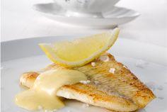 Hollandaisekastike on yksi tunnetuimmista kastikkeista. Keväisin se maistuu keitetyn parsan kanssa / Valio