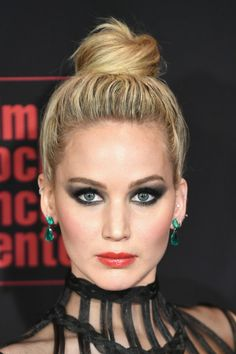 Jennifer Lawrence Stuns at 'Red Sparrow' NYC Premiere with Fierce Eye Makeup!: Photo Jennifer Lawrence hits the red carpet at the premiere of her movie Red Sparrow on Monday night (February at Lincoln Center's Alice Tully Hall in New York City. Cabelo Jennifer Lawrence, Le Style Jennifer Lawrence, Jennifer Lawrence Red Sparrow, Maze Runner Maze, Jenifer Lawrens, Jennifer Laurence, Eye Makeup, Hair Makeup, Hollywood Actresses