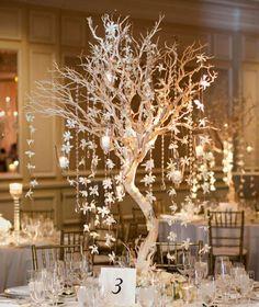 winter-hochzeit-ideen-ein kleiner baum mit blumenketten im Mittelpunkt des Tisches