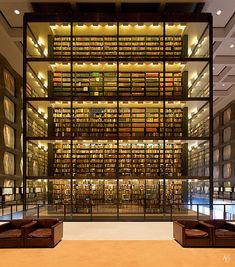Biblioteca Beinecke de Libros Raros y Manuscritos en la Universidad de Yale deseñada por Gordon Bunshaft e construida entre 1960 e 1963 a base de granito e mármore branco de Vermont para tamizar a luz e protexer os documentos.