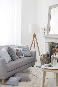 ホワイトとグレーの洗練配色で、温かみのある空間を実現していますね。優しい色合いなので、ウッド調の家具にもマッチします。