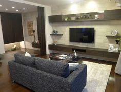 リビングルームコーディネート|明るめのグレイッシュなホワイトカラーのタイルと、ダーク系の家具がメリハリを感じさせるカッコいいリビング。