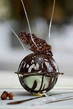 Filigrana de chocolate, crema de menta, y crujiente de caramelo y chocolate.