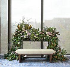다양한 종류의 그린소재를 믹스하여, 신부님께서 숲속에 앉아있는 듯한 느낌을 연출해드렸습니다. 잉글리쉬로즈를 중심으로 수많은 장미꽃들과 함께...