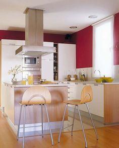 En la cocina, abierta al salón y al pasillo para ganar amplitud, se realizó una isla que incluye una barra de desayunos.