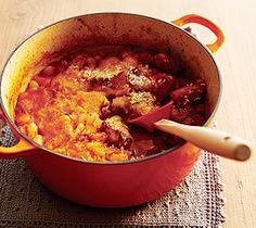 【カスレ】フランスの有名な田舎料理で、ソーセージと白いんげん豆の煮込みです。ル・クルーゼのお鍋なら、乾燥豆もふっくら煮え上がります。  http://lecreuset.jp/community/recipe/kasure/