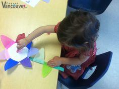 Flores con plato desechable  ¿Qué necesito? Un plato de cartón Pegamento Pedazos de papel recortados en triángulo Un pedazo de papel verde recortado para el tallo Plumones o colores  ¿Cómo lo hago? Coloca pegamento al rededor del plato. Pega los triángulos de papel de colores a manera de pétalos, el tallo en la parte inferior y dos triángulos verdes como hojas. Preschool Ideas, Crafts, Paper Cut Outs, Paper Envelopes, Plant Stem, Colored Paper, Visual Arts, Make Envelopes, Dios