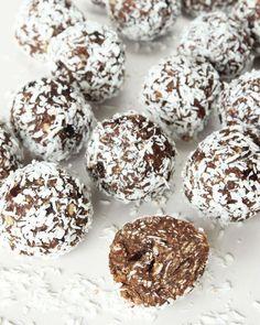 Sockerfria chokladbollar med mixade dadlar – de smakar gudomligt gott och väldigt likt vanliga havrebollar.