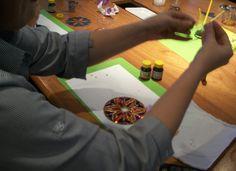 Dê oportunidade a seus funcionários de se expressar através da arte e a sensibilidade com oficinas de reciclagem de CDs. Os mesmos podem ser transformados em móbiles, porta incenso e no que a imaginação permitir!