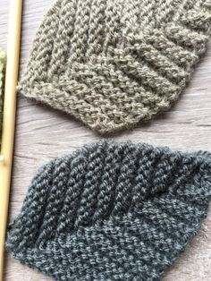 J'espère que vous avez passé une agréable semaine? Je vous retrouve aujourd'hui pour vous proposer un nouveau tuto: des feuilles au tricot. C'est tendance c… Crochet Motif, Diy Crochet, Knitting Patterns, Crochet Patterns, Baby Turban, Crochet Bookmarks, Knitted Flowers, Leftover Fabric, Yarn Bombing