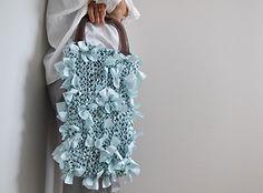 そのままでは無機質なアクリルと、服の裏地として使われることの多い布。装いの主役になることの珍しい2つの素材をバッグに変身させるcyane(キャネ)さんです。
