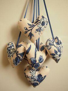 Décoration d'intérieur - Ornement de 6 coeurs en toile blanc avec motif nature bleu