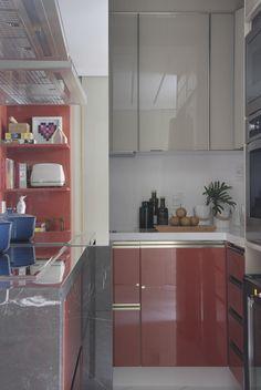 COZINHA | Com 10 m², a cozinha ganhou bancada de nano glass, da Rubini Marmoraria. Gabinete revestido de mármore Armani, também da Rubini Marmoraria. Armários de vidro e high gloss , da Florense Ipanema (Foto: Denilson Machado/MCA Estudio/Divulgação)