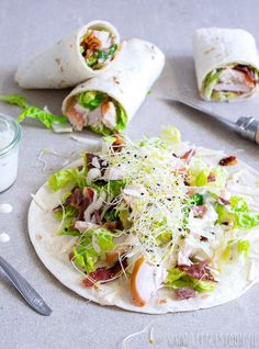 Caesar salad wrap met gerookte kip - Little Spoon, Sandwiches For Lunch, Wrap Sandwiches, Clean Eating Dinner, Clean Eating Snacks, Wrap Recipes, Lunch Recipes, Easy Healthy Recipes, Easy Meals, Tacos And Burritos