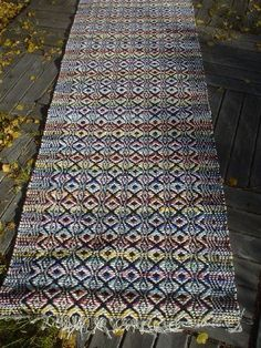 Syksyn 2007 mattotalkoot isomummin kanssa ja vähän muutakin Rug Inspiration, Weaving Projects, Weaving Patterns, Recycled Fabric, Cool Rugs, Woven Rug, Scandinavian Style, Handmade Rugs, Fiber Art
